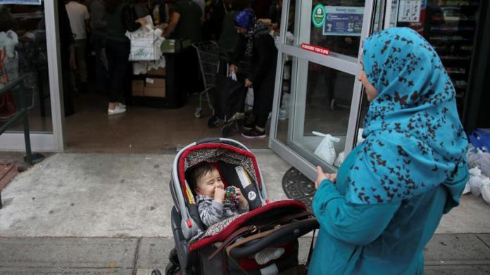 outside-ramadan-american-brooklyn-wearing-supermarket-awaits_7cbc836c-4e77-11e7-942b-1b07039b2a8c